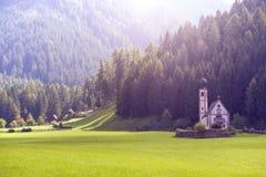 De kerk van heilige Johann bij de Dolomietalpen Stock Afbeelding
