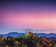 De kerk van Heilige Leonard bevindt zich op de Kerkheuvel dichtbij het dorp van Crni Vrh stock foto