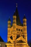 De kerk van heilige Martin in Keulen met verlichting bij nacht stock foto's