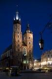 De kerk van heilige Mary?s in 's nachts Krakau Royalty-vrije Stock Afbeeldingen