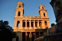 De kerk van heilige Sulpice, Parijs, Frankrijk Neoklassieke voorgevel met zonsonderganglicht Blauwe hemel royalty-vrije stock afbeeldingen