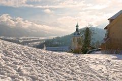 De kerk van heilige Theodule en de bergen van Alpen op de achtergrond Stock Fotografie