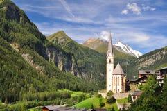 De kerk van Heiligenblut voor piek Grossglockner Stock Foto's