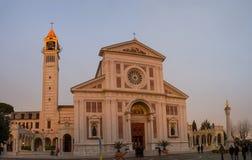 De kerk van het Arenzanoheiligdom van Zuigeling Jesus van Praag stock afbeeldingen