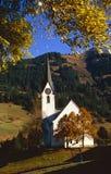 De kerk van het dorp in de Oostenrijkse bergen Stock Foto