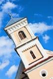 De kerk van het dorp met blauwe hemel Stock Foto