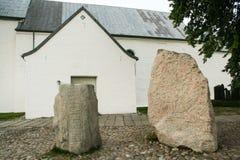 De kerk van Jelling en zijn runen- stenen stock fotografie