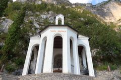 De kerk van kapelsanta barbara in de bergen dichtbij Riva del Garda royalty-vrije stock foto