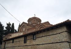 De kerk van Moeder Bogorodica Perivlepta overheerst oude Ohrid stock afbeeldingen