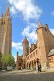 De kerk van onze Dame op de linkerkant en het paleis van Lords van Gruuthuse op de rechterkant royalty-vrije stock foto's