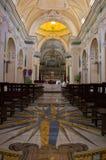 De kerk van San Gennaro in Vettica Maggiore Praiano, Italië Kerkbinnenland met het altaar en vele decoratie royalty-vrije stock afbeeldingen