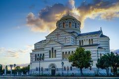 De Kerk van St Vladimir in Chersonesos op de achtergrond van de zonsonderganghemel Stock Fotografie
