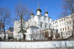 De Kerk van St Vladimir gelijk aan de Apostelen in de Oude Tuinen moskou stock fotografie