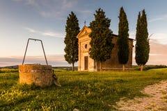 De kerk van Toscanië door cipressen wordt omringd die Royalty-vrije Stock Foto's
