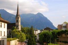 De kerk van Vaduz, de stad in en Alpen, Liechtenstein Royalty-vrije Stock Foto's