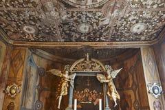 De kerkbinnenland van de Lom middeleeuws staaf Dak en altaar erfenis stock foto