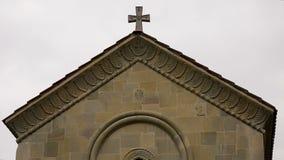 De kerkbouw met godsdienstige decoratieve details op muur, symboliek in kunstwerk stock footage