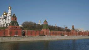 De kerken en de torensmening van het Kremlin van de rivier van linkeroevermoskou, Rusland, Europa stock footage