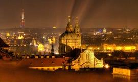 De kerken van Praag bij nacht stock afbeelding
