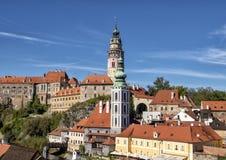 De kerktoren van St Vitus Church in Cesky Krumlov, met de Ceskly-Kasteeltoren op de achtergrond royalty-vrije stock afbeelding