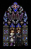De kerkvenster van het gebrandschilderd glas op zwarte Royalty-vrije Stock Foto