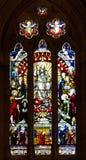 De kerkvensters die van de gebrandschilderd glaskathedraal godsdienstige scènes afschilderen Stock Foto