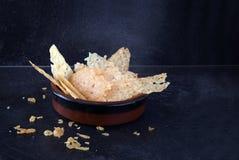 De kernachtige spaanders van de parmezaanse kaaskaas, de eigengemaakte snack van het vingervoedsel in een boog Stock Foto's