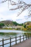 De kers komt rond de Vijver van Takamatsu in het Park van Takamatsu, Morioka, Iwate, Tohoku, Japan in de lente tot bloei Selectie stock foto