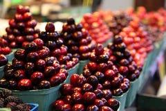 De kersen stapelden omhoog piramides in een voedselmarkt op Royalty-vrije Stock Afbeelding