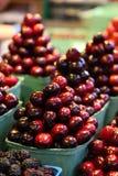 De kersen stapelden zich omhoog in een piramide in een voedselmarkt op Royalty-vrije Stock Foto's