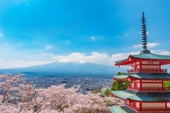 De kersenbloesem is in volledige bloei bij Chureito-pagode en zet Fuji op royalty-vrije stock afbeeldingen