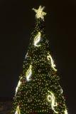 2014 - De kerstboom bij Vrede regelt Kerstmismarkten in Praag bij nacht Stock Afbeeldingen