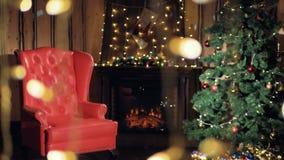 De kerstboom die zich in een Woonkamer bevinden decortaed dichtbij open haard Niemand, geen mensen stock video