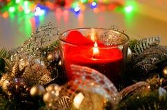 De kerstboom door Lichten wordt verfraaid stelt Giften die voor Royalty-vrije Stock Afbeeldingen