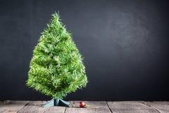 De kerstboom en het rood verfraaien bal Stock Afbeelding