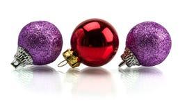 De kerstboom en Kerstmis stellen en speelgoed op witte achtergrond wordt geïsoleerd die voor Stock Afbeelding