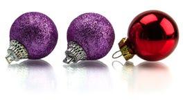 De kerstboom en Kerstmis stellen en speelgoed op witte achtergrond wordt geïsoleerd die voor Stock Afbeeldingen