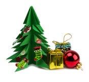 De kerstboom en Kerstmis stellen en speelgoed op witte achtergrond wordt geïsoleerd die voor Royalty-vrije Stock Foto's