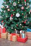 De kerstboom en stelt onder het voor Stock Afbeeldingen