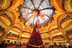 De kerstboom in Galeries Lafayette Stock Foto