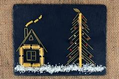 De kerstboom maakte met Italiaanse spaghetti met zout, peper, op een leiachtergrond Nieuwjaarachtergrond met deegwaren wordt gema Royalty-vrije Stock Afbeelding