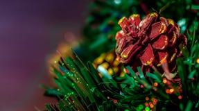 De kerstboom met achtergrond defocused licht stock foto