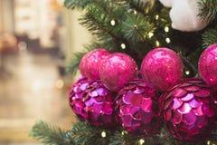 De kerstboom met ballen van de vakantie de roze disco en de lichten met exemplaar plaatsen op vage bokeh achtergrond in binnenlan Royalty-vrije Stock Afbeelding