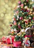 De kerstboom met decoratie en stelt voor Stock Afbeelding