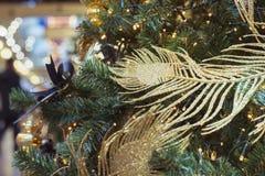 De kerstboom met gouden ballen en de lichten met exemplaar plaatsen op vage bokeh achtergrond in wandelgalerij uit elkaar Sluit o Stock Foto