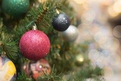 De kerstboom met vakantie rode ballen en de lichten met exemplaar plaatsen op vage bokeh achtergrond in wandelgalerij uit elkaar  Stock Foto's
