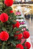 De kerstboom met vakantie rode ballen en de lichten met exemplaar plaatsen op vage bokeh achtergrond in wandelgalerij uit elkaar  Royalty-vrije Stock Afbeeldingen