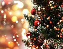 De kerstboom op bokeh steekt achtergrond aan Stock Foto