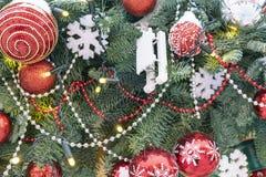 De Kerstboom op de straat is verfraaid met diverse heldere speelgoed en sneeuwvlokken royalty-vrije stock fotografie