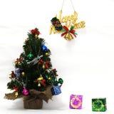 De kerstboom is prachtig verfraaid, het festival van het Nieuwjaar, witte achtergrond royalty-vrije stock afbeelding